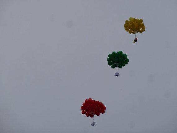 """Kauno mokyklos-darželio """"Šviesa"""" nuotr. /Kauno mokyklos-darželio """"Šviesa"""" bendruomenė paleido 125 balionus, o viena jų puokštė nuskriejo iki Estijos."""