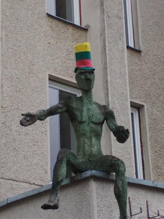 Gintaro Striupaičio nuotr. /Vėliavos spalvų kepurė prie Jonavos kultūros centro.
