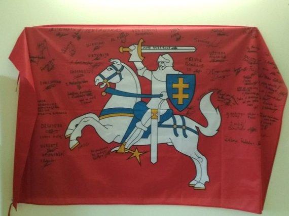 Gintaro Striupaičio nuotr. /Įvairiais užrašais aprašinėta istorinė vėliava.