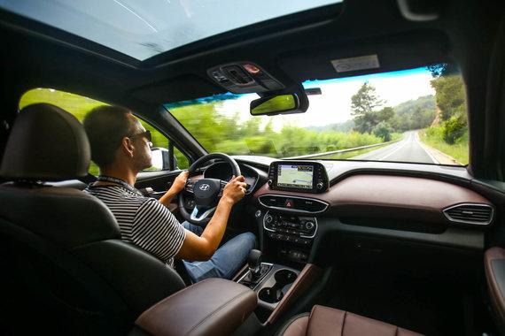 """Egidijaus Babelio nuotr./Naujas """"Hyundai Santa Fe"""" pirmiausia tiems, kam nerūpi ženkliukai"""