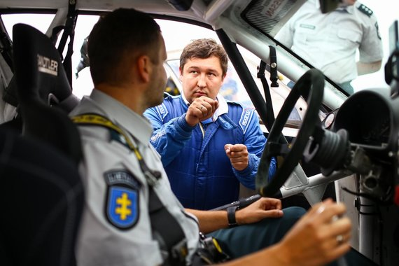 Komandos nuotr./Pareigūnams teko sėsti prie sportinio bolido vairo