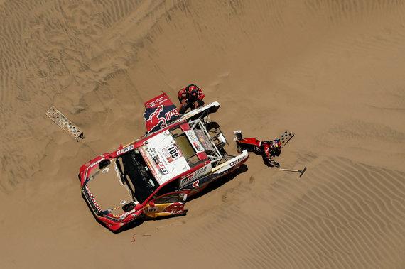 """""""Reuters""""/""""Scanpix"""" nuotr./Nasseras Al-Attiyahas 4-ame greičio ruože Dakaro ralyje prarado pozicijas užklimpęs"""