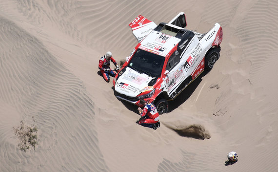 "AFP/""Scanpix"" nuotr./Ginielis De Villiersas, užstrigęs smėlyje"
