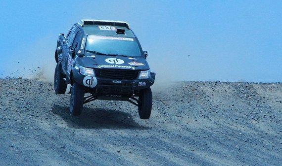 Žilvino Pekarsko / 15min nuotr./Benediktas Vanagas šoka per trampliną netoli 5 dienos greičio ruožo finišo Dakaro ralyje