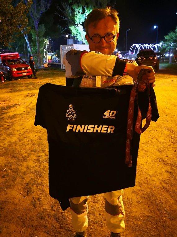 Žilvino Pekarsko / 15min nuotr./Sauliaus Jurgelėno rankose trofėjus, liudijantis, kad jis pasiekė Dakaro ralio finišą