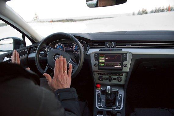 Bendrovės nuotr./Automobilis, naudojantis algoritmus, leidžiančius atpažinti ir įvertinti kelio dangą
