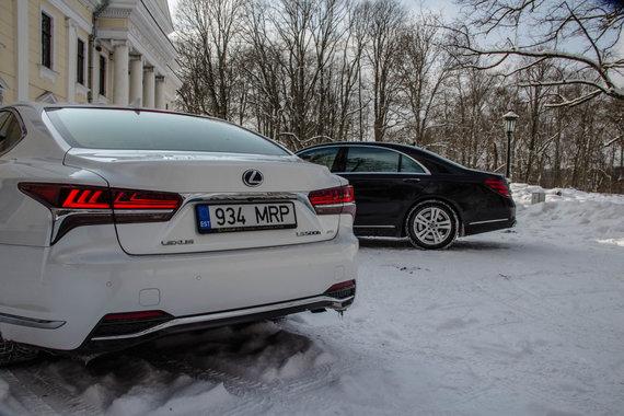 """Aivaro Grigelevičiaus nuotr./Naujasis """"Lexus LS"""" prieš S klasės """"Mercedes-Benz"""""""