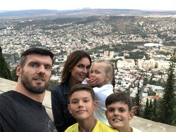 Asmeninio albumo nuotr. /Kšištofas ir Tatjana Lavrinovičiai su šeima
