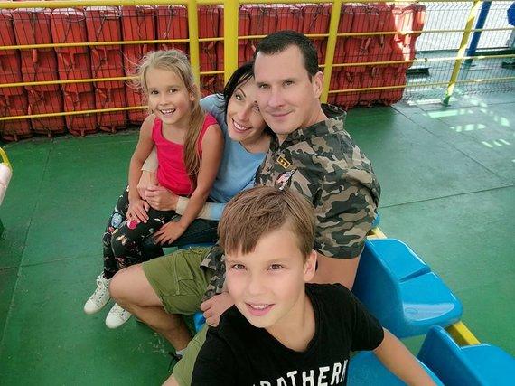 Socialinių tinklų nuotr. /Karolis Sakalauskas su šeima