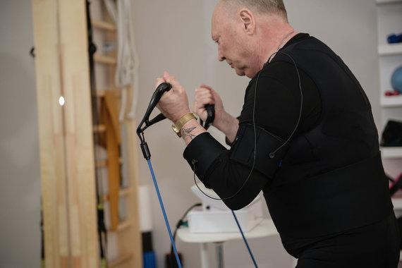 Loretos Kondratės nuotr. /Aleksandras Ivanauskas-Fara išbandė elektrostimuliacines treniruotes