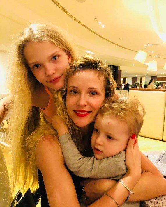 Asmeninio albumo nuotr./Edita Daniūtė su dukra ir sūnumi