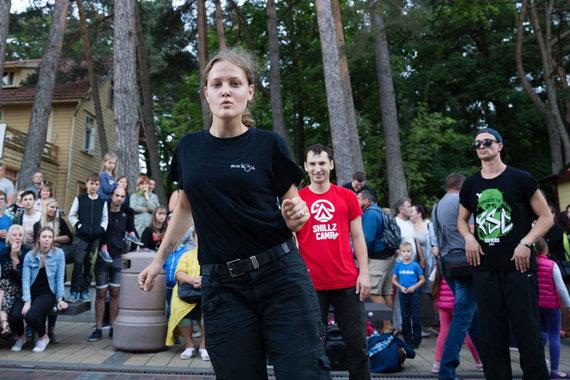 Josvydo Elinsko / 15min nuotr./Gatvės šokėjai atėmė žadą Basanavičiaus gatvės praeiviams Palangoje