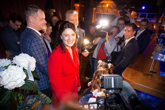Josvydo Elinsko / 15min nuotr./Paulius Tamulionis (kairėje) su Diana ir Gitanu Nausėdomis rinkimų naktį.