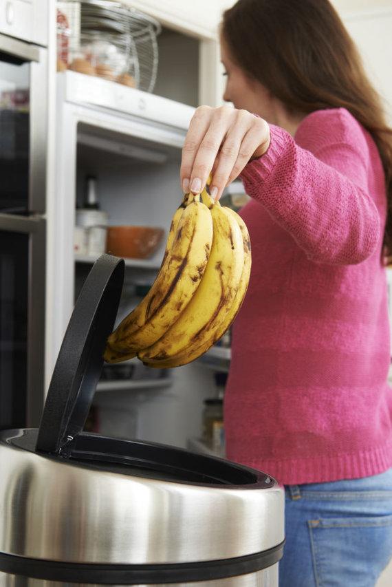 123RF.com nuotr./Išmetamas maistas į šiukšlių dėžę
