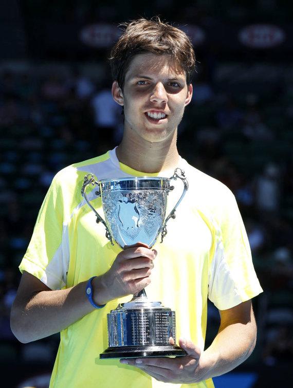 """""""Reuters""""/""""Scanpix"""" nuotr./Jiri Vesely su 2011 metais iškovotu """"Australian Open"""" jaunių turnyro vienetų trofėjumi"""