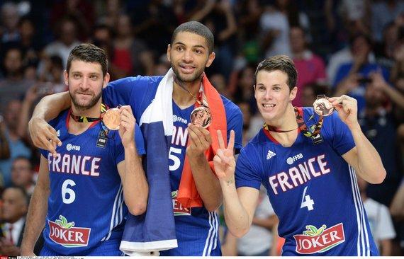 """""""Scanpix""""/""""SIPA"""" nuotr./Prancūzijos krepšininkai džiaugiasi 2014 metų pasaulio krepšinio čempionato bronzos medaliais"""