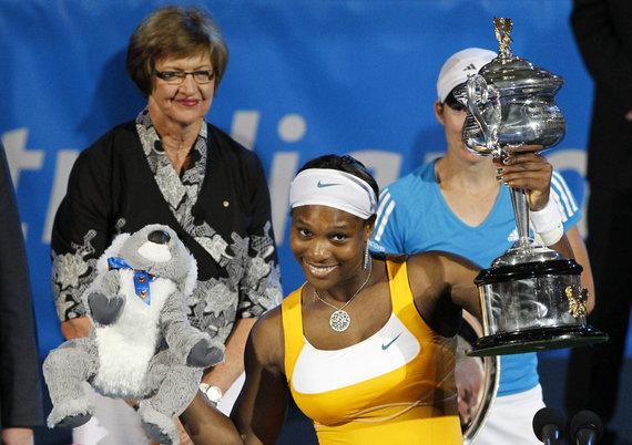 """""""Reuters""""/""""Scanpix"""" nuotr./2010 metais laimėtą """"Australian Open"""" trofėjų Serenai Williams įteikė Margaret Court"""