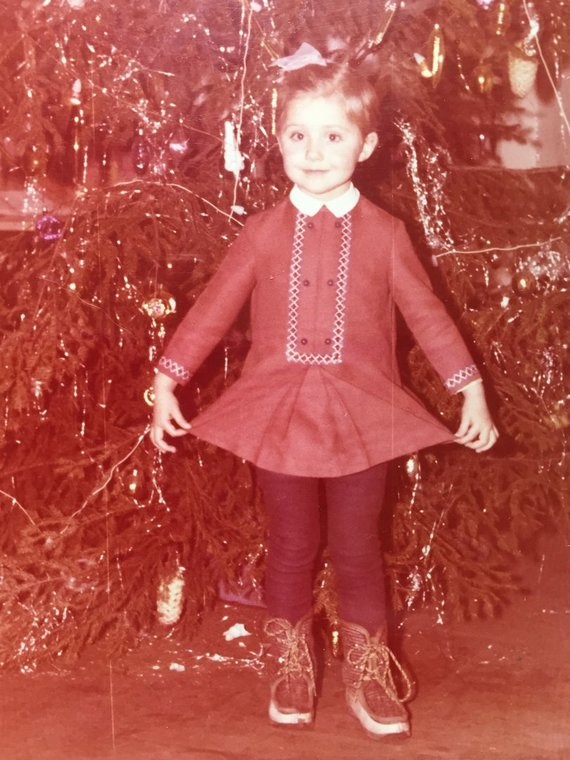 Asmeninio archyvo nuotr./Birutė Mar vaikystės nuotrauka prie Kalėdų eglutes