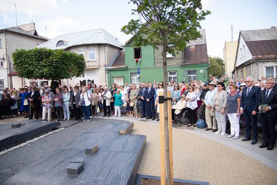 Jurbarko savivaldybės nuotr./Jurbarke atidengtas Sinagogų aikštės memorialas
