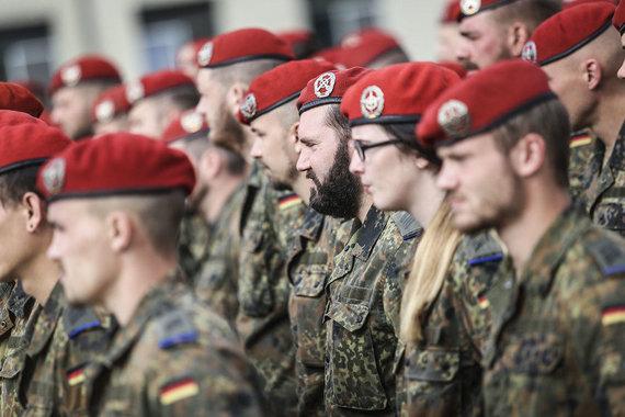 Ievos Budzeikaitės nuotr./Vyks Lietuvoje dislokuotos NATO Priešakinių pajėgų kovinės grupės vadų pasikeitimo ceremonija