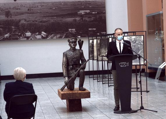 Algimanto Černiausko nuotr./Skulptūrą Kauno Vytauto Didžiojo karo muziejuje balandžio 26 d. pristatinėja Merkinės krašto muziejaus direktorius Mindaugas Černiauskas.