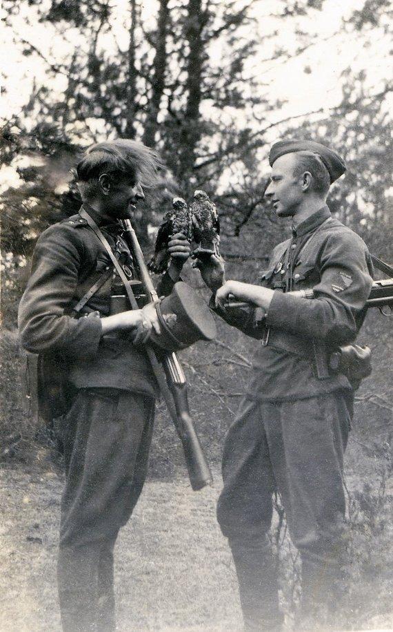 G.Pigagaitės nuotr./Tuometinis Dainavos apygardos Merkio rinktinės vadas A. Ramanauskas-Vanagas (kairėje) su savo pavaduotoju Albertu Perminu-Jūrininku, 1947 m.