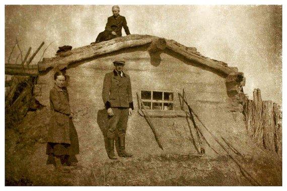 LGGRTC archyvo nuotr./1941 m. tremtinių Žaldokų šeimos nariai prie savo būsto – velėnomis dengtos žeminės. Stovi Bronislava Žaldokienė su sūnumi Vytautu. Ant stogo sėdi B. Žaldokienės sesuo Cecilija Maldutienė