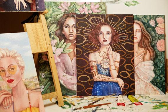 Natalijos Koinovos nuotr,/Viktorija Jakučinskaitė ir jos tapyti paveikslai