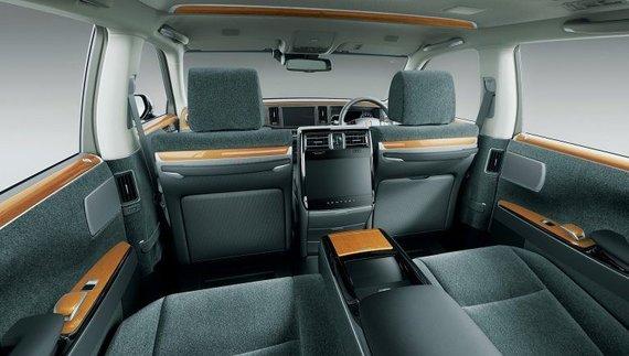Toyota nuotr./Japonijoje dauguma Toyota Century automobilių turi aukštos kokybės vilnos salonus