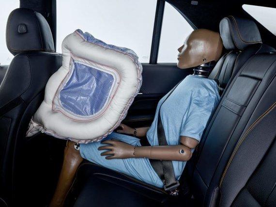 Daimler nuotr./Aktyvi saugos oro pagalvė suformuoja rėmą, kurį užpildo aplinkos oru prisipildanti medžiaga