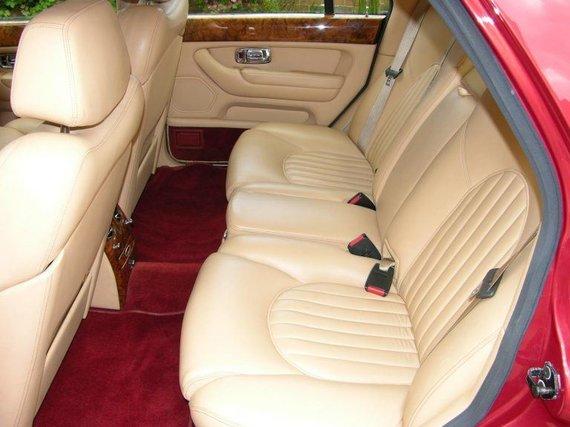 Wikimedia nuotr./Bentley Arnage gale grindys taip pat yra šiek tiek aukščiu nei įprasta