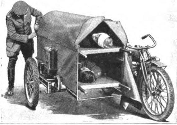 Wikimedia nuotr./Du sužeistuosius galintis gabenti medicininės pagalbos motociklas su priekaba 1918-ieji metai. (Wikimedia)