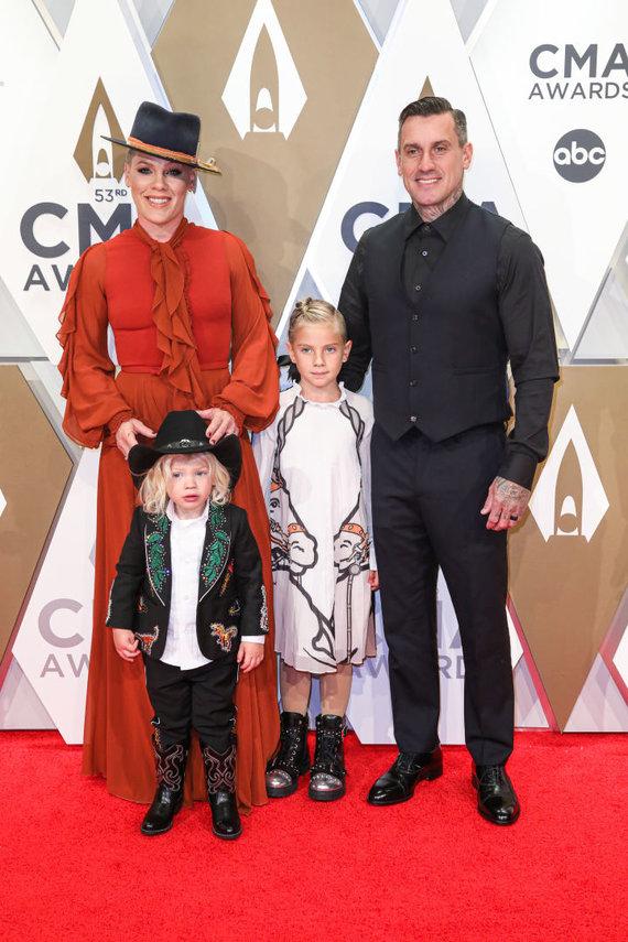 """Vida Press nuotr./Dainininkė Pink su vyru ir vaikais """"Country Music Awards"""" apdovanojimų ceremonijoje"""