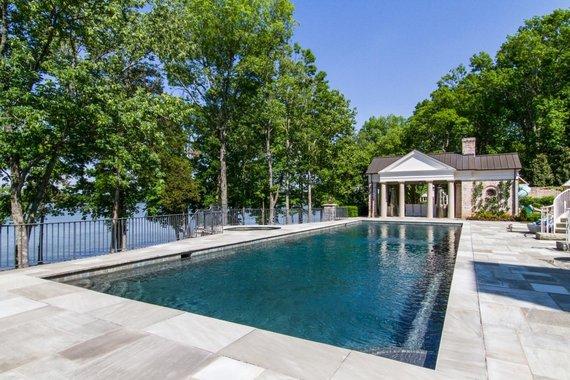 TopTenRealEstateDeals.com nuotr. /Kelly Clarkson pardavinėja vilą ant ežero kranto