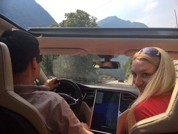 """Asmeninio albumo nuotr./ Vilniečiai Simonas ir Gerda Jurkoniai kelionėje po Šveicariją """"Tesla"""" elektromobiliu"""