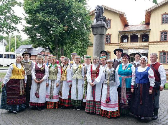 Bendruomenės albumo nuotr./Karaliaučiaus folkloro ansamblių vaikams repeticijas atperka galimybė savomis akimis išvysti Lietuvą