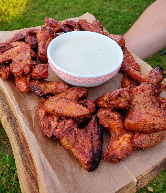 Skaitytojo Giedriaus nuotr./Grilyje ruošti Buffalo stiliaus vištienos sparneliai su mėlynojo pelėsio sūrio padažu