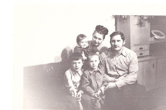 Asmeninio albumo nuotr./Jucevičių šeima, 1975 m.