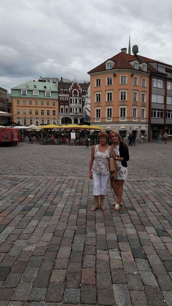 Asmeninio albumo nuotr./Marytė Rudzienė su dukra Ernesta