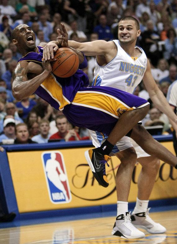 """""""Scanpix"""" nuotr./Linas Kleiza prieš Kobe Bryantą"""