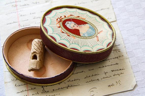 Karolinos Savickytės nuotr./Dėžutė nuo Samuelio dovanoto muiliuko ir specialiai Jadvygai išdrožto švilpuko, naudoto organizuojant slaptus pasimatymus