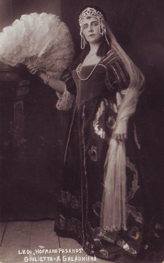 """""""Europeana"""" nuotr./Džiuljeta – Adelė Galaunienė. J. Offenbach """"Hofmano pasakos"""". 1925 m."""