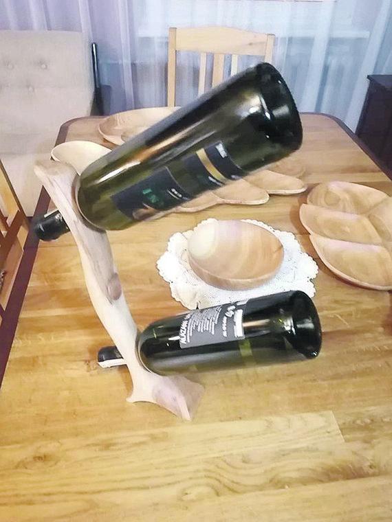 """V.Zakaryzos asmeninio albumo nuotraukos/Vyno butelių stovas negrius tik tada, kai jame bus nors vienas butelis. """"Mintis kilo pamačius šią pliauską, kurią vėliau sukultūrinau"""", – taip kūrinį pristatė autorius"""