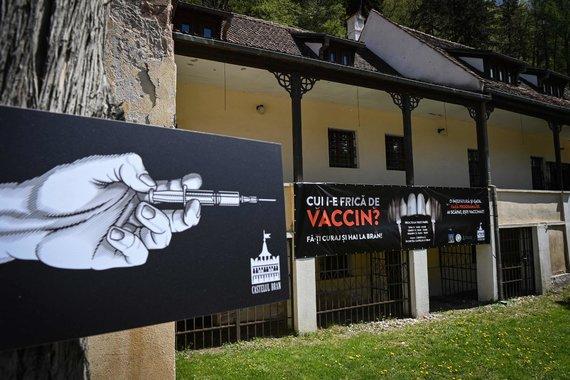 """AFP/""""Scanpix"""" nuotr./Brano, dar vadinamoje Drakulos, pilyje Rumunijoje lankytojams šį savaitgalį siūloma pasiskiepyti nuo koronaviruso"""