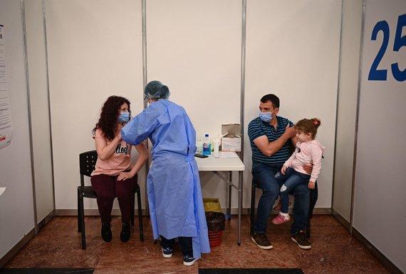 """AFP/""""Scanpix"""" nuotr./Vakcinacija Brano pilyje Rumunijoje"""