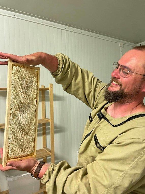 Asmeninio archyvo nuotr./Laisvu metu medelyno vadovas rūpinasi 45 bičių šeimomis