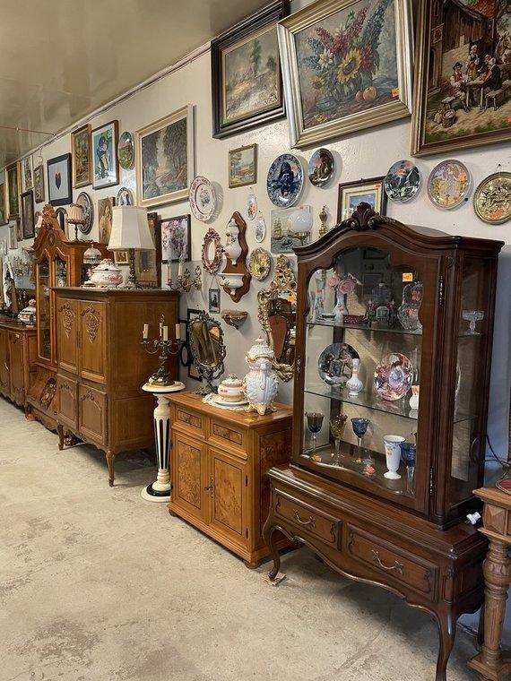 Asmeninio archyvo nuotr./V. ir K. Dervinių parduotuvėje daug interjero detalių, indų, servisų, šviestuvų, servetėlių ir pan.