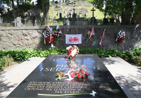 """AFP/""""Scanpix"""" nuotr./Juzefo Pilsudskio širdies ir jo motinos kapas Rasų kapinėse Vilniuje"""