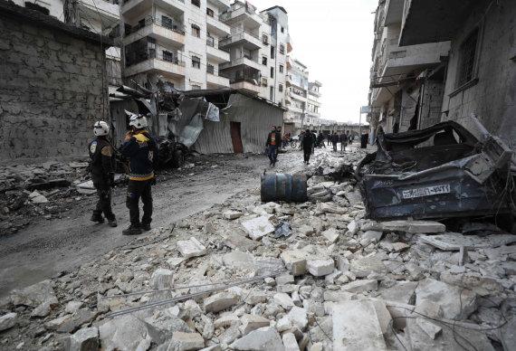 """AFP/""""Scanpix"""" nuotr./Gelbėtojai tarp griuvėsių Idlibe"""