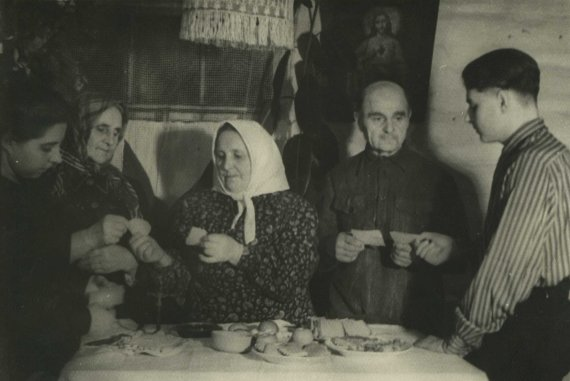 LGGRTC muziejaus nuotr./Lietuviai tremtiniai šv. Kūčių vakarienės metu laužia kalėdaičius. Verchnije Talcai, Buriat-Mongolijos ASSR, 1954 m.